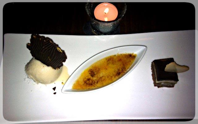 Trio aus Crema Catalana, Schokoladenschnitte und Mocca-Eis