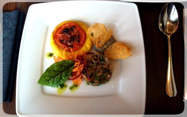 Tomatenquiche mit Humus aus schwarzen Linsen an Auberginensalat