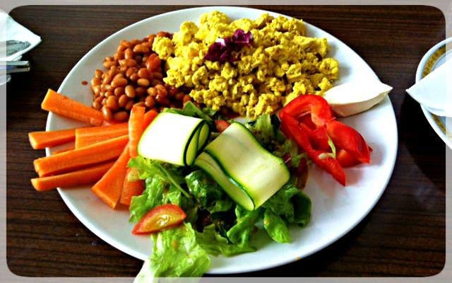 Tofu Scramble mit Baked Beans und knackigem Gemüse
