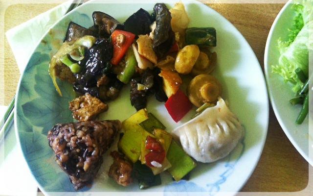 Koreanischer Reis mit Bohnen, Dim Sum und Gemüse süß-sauer
