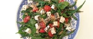 Veganer Feta auf Rucola-Bohnen-Couscous Salat