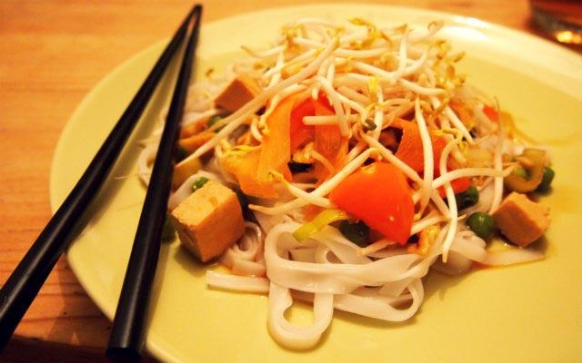 Reisnudeln mit Gemüse und Tofu