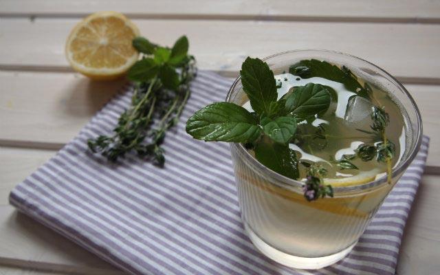 Zitronige Kräuterlimonade