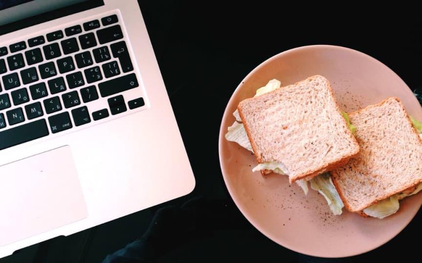 alleine essen im Büro