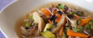 Asiatische Reisnudelsuppe mit knackigem Gemüse