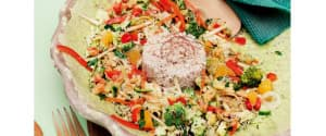 Rohköstliches, asiatisches Gemüse mit Blumenkohl-Timbale