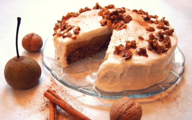 Joghurt Creme Torte Mit Birnen Quitten Karamellisierten Nussen