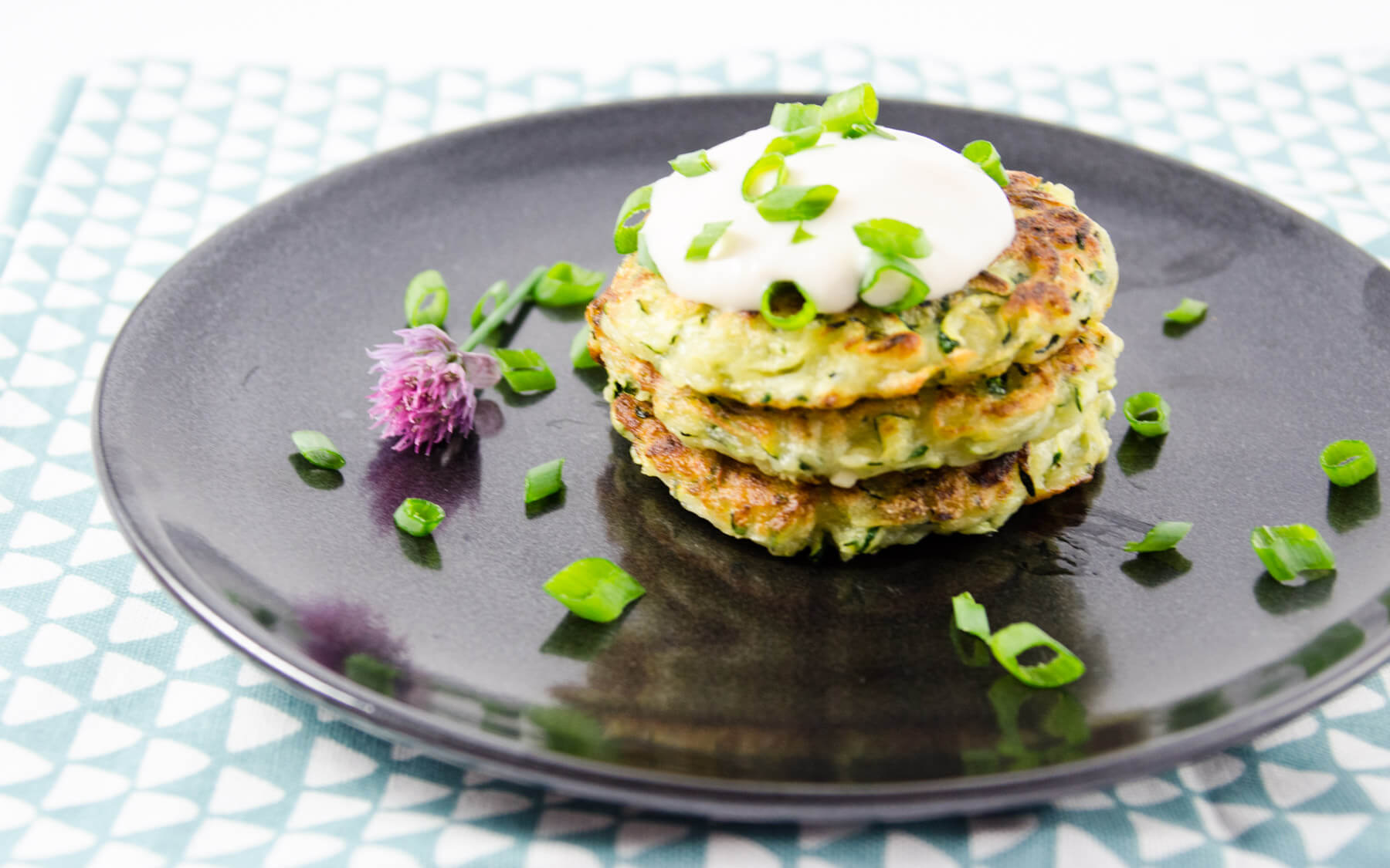 rezept f r vegane zucchini fritters veganblatt. Black Bedroom Furniture Sets. Home Design Ideas